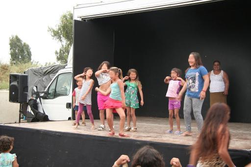 17.5.12@El Vacie in Sevilla - children offer a dance from Caravan stage